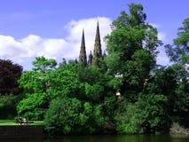 Kathedrale hinter den Bäumen Lichfield england Lizenzfreies Stockfoto