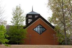 Kathedrale mit Tauben und Schwalben auf Buntglasfenstern. lizenzfreie stockbilder