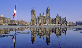 Kathedrale reflektiert Stockfoto