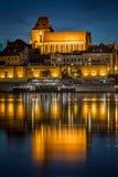 Kathedrale ` SS Johns in Torun, Polen mit Flussreflexion Stockfotografie