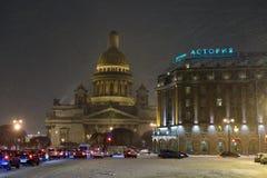 Kathedrale St. Isaacs und das Astoria-Hotel mit dem fallenden sno Stockfoto