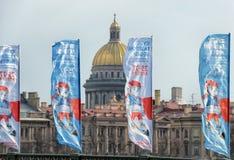 Kathedrale St. Isaacs und die Flaggen Stockfotografie