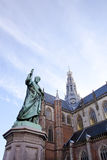 Kathedrale-Str. Bavo mit Statue Stockfotos