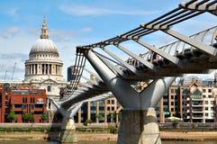 Kathedrale Str.-Paul und die Jahrtausend-Brücke Lizenzfreie Stockfotos