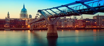 Kathedrale Str.-Pauls und Jahrtausend-Brücke, London Lizenzfreies Stockfoto