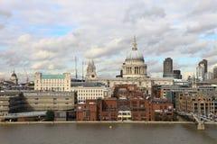 Kathedrale Str.-Pauls und Jahrtausendbrücke Lizenzfreies Stockfoto