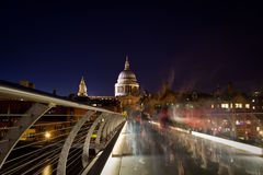 Kathedrale Str.-Pauls von der Jahrtausend-Brücke Stockfotografie