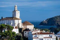 Kathedrale und Ansicht der Bucht jenseits zu einem Leuchtturm stockfoto