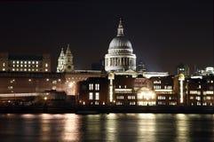 Kathedrale und Fluss Themse Str.-Pauls stockfotografie