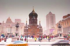 Kathedrale und Leute stockbild