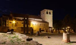 Kathedrale und Roman Ruins San-Giusto in Triest nachts lizenzfreie stockfotografie