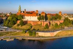 Kathedrale und Schloss Wawel in Krakau, Polen Luftaufnahme am Sonnenuntergang Lizenzfreies Stockfoto