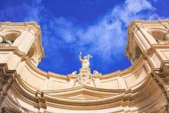 Kathedrale Vallettas, Malta, St Johns auf Hintergrund des blauen Himmels, unter Ansicht Stockfoto