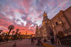 Kathedrale von Arequipa, Peru, mit erstaunlichem Himmel an der Dämmerung Stockfotos