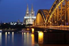 Kathedrale von Köln- und Eisenbrücke Lizenzfreie Stockfotos