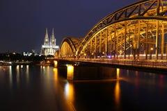 Kathedrale von Köln und von Eisenbrücke über dem Rhein Lizenzfreie Stockfotografie