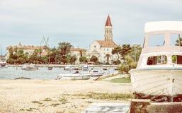 Kathedrale von St Lawrence, von Hafen und von gebrochenem Schiff in Trogir Lizenzfreie Stockfotografie