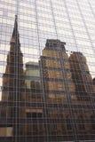 Kathedrale von St Patrick reflektiert sich in einem Gebäude nahe bei ihr Lizenzfreies Stockbild