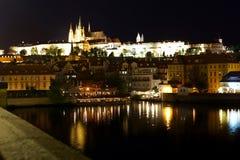 Kathedrale von St. Vitus und von Prag-Schloss nachts Stockfotos