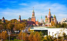Kathedrale von Vasily Blessed Saint Basils Kathedrale, Spasskaya-Turm von Moskau der Kreml und Park Zaryadie Russland lizenzfreie stockfotos