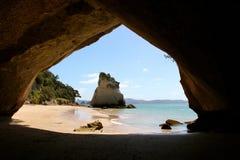 Kathedralen-Bucht, die durch die Höhle schaut Stockfotografie