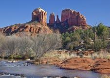 Kathedralen-Felsen von der roten Felsen-Überfahrt Lizenzfreie Stockfotografie