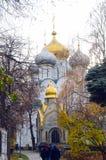 Kathedralen-Kirche der Smolensk-Ikone der Mutter goldenen Herbstes Gott-Moskaus Stockfotografie
