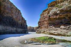 Kathedralen setzen in der Ebbe mit den Felsen auf den Strand, die durch die Aktion des Meeres erosioned sind lizenzfreie stockbilder