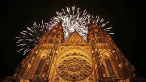 Kathedralen- und Feiertagsfeuerwerke St. Vitus Cathedral Roman Catholic -- Prag-Schloss und Hradcany, Tschechische Republik stock video footage