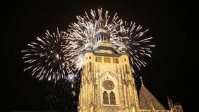 Kathedralen- und Feiertagsfeuerwerke St. Vitus Cathedral Roman Catholic -- Prag-Schloss und Hradcany, Tschechische Republik stock footage