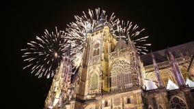 Kathedralen- und Feiertagsfeuerwerke St. Vitus Cathedral Roman Catholic -- Prag-Schloss und Hradcany, Tschechische Republik stock video