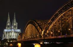 Kathedralen- und Hohenzollern-Brücke Stockbilder