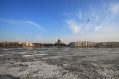 Kathedralenansicht St. Isaacs über Neva River im Winter Stockbilder