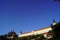 Kathedralenst. Barbara, Weinberg, Jesuitcollege und blauer Himmel stockbild