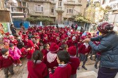 KATHMANDU, NEPAL - allievi durante la lezione di ballo a scuola primaria Fotografia Stock