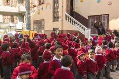 KATHMANDU, NEPAL - allievi durante la lezione di ballo a scuola primaria Immagine Stock Libera da Diritti