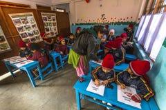KATHMANDU, NEPAL - allievi nella classe inglese alla scuola primaria Fotografia Stock