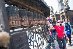 Kathmandu, Nepal, am 21. April 2018: Buddhistische Gebetsräder an Lizenzfreie Stockfotografie