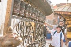 Kathmandu, Nepal, am 21. April 2018: Buddhistische Gebetsräder an Stockfotografie