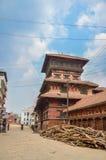 KATHMANDU, NEPAL - 26 DE ABRIL DE 2015: Restos das construções no quadrado de Durbar em Kathmandu após, após uns 7 8 terremoto, N Foto de Stock