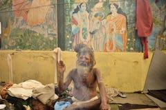 KATHMANDU, NEPAL - 9 DE MARÇO: o homem santamente do sadhu meditates o 9 de março Imagens de Stock