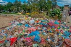 KATHMANDU, NEPAL 15 DE OUTUBRO DE 2017: Alimento e pilha do lixo doméstico na operação de descarga Somente 35 da população têm o  Fotografia de Stock