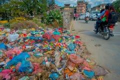 KATHMANDU, NEPAL 15 DE OUTUBRO DE 2017: Alimento e pilha do lixo doméstico na operação de descarga Somente 35 da população têm o  Foto de Stock