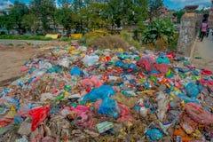 KATHMANDU, NEPAL 15 DE OUTUBRO DE 2017: Alimento e pilha do lixo doméstico na operação de descarga Somente 35 da população têm o  Fotos de Stock