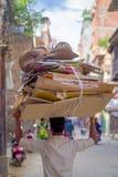 KATHMANDU, NEPAL 15 DE OUTUBRO DE 2017: Cartões levando do homem não identificado sobre sua cabeça na rua no centro histórico Fotos de Stock