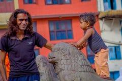 KATHMANDU, NEPAL 15 DE OUTUBRO DE 2017: Feche acima de homem não identificado com seu daugher fora do quadrado de Durbar, Kathman Fotografia de Stock Royalty Free