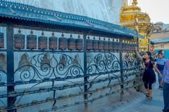 KATHMANDU, NEPAL 15 DE OUTUBRO DE 2017: Povos não identificados que andam no ar livre perto dos carvings religiosos nepaleses e Imagens de Stock