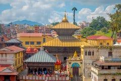 KATHMANDU, NEPAL 15 DE OUTUBRO DE 2017: Vista aérea do complexo-crematório dourado Pashupatinath do templo Capelas das igrejas Imagem de Stock