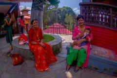 KATHMANDU, NEPAL - 4 DE SETEMBRO DE 2017: O pessoa não identificado que senta-se no ar livre próximo do templo de Bindabasini, é  Imagens de Stock