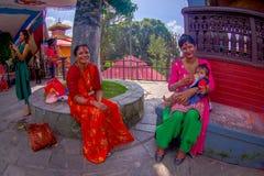 KATHMANDU, NEPAL - 4 DE SETEMBRO DE 2017: O pessoa não identificado que senta-se no ar livre próximo do templo de Bindabasini, é  Fotos de Stock Royalty Free